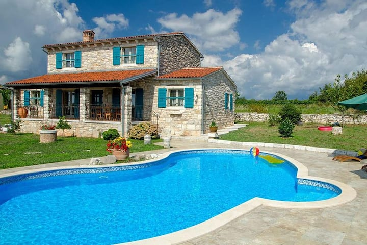 Traditonal stone villa for 9 people with pool in Central Istria