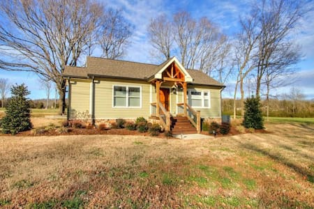 Charming Country Cottage 35 Minutes from Nashville