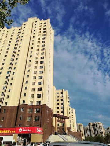 河东新区腾阳华瑞园西区、面积130平米,同时能住两家(八口人),设备齐全,交通便利、环境优美