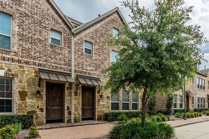 Upscale townhome@Shops at Legacy