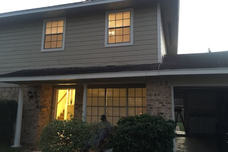 Cozy 3 Bedroom 2 min from Airport - Houston
