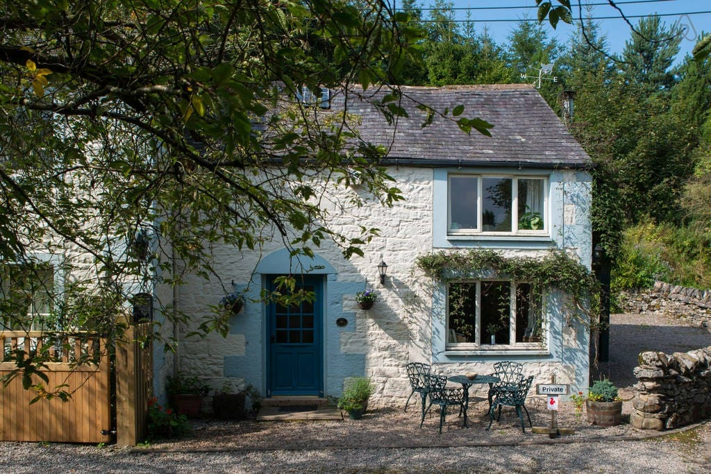 A quaint and charming cottage in a lovely location near the falls.