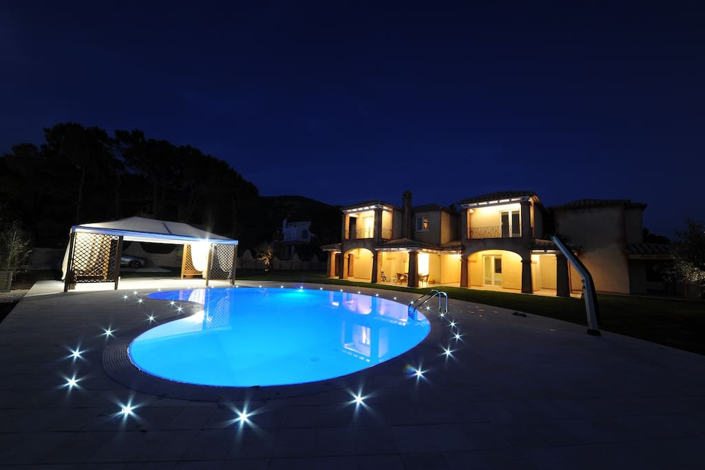 Night view of Villa Calicanto, the pool and the garden