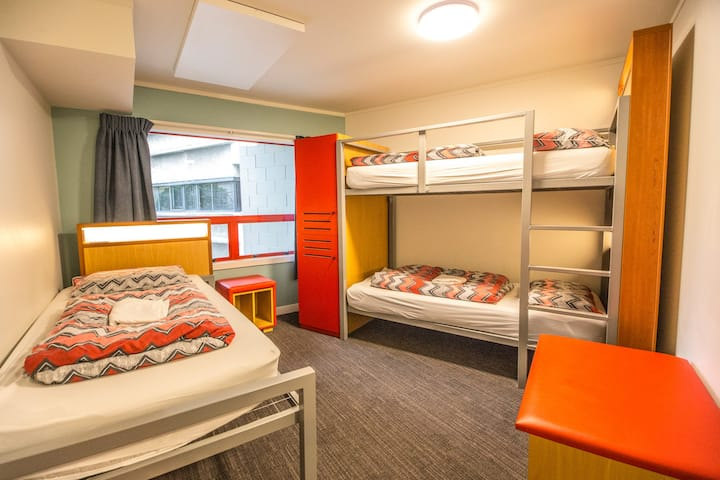 3 Bed Dorm Private Ensuite - YHA Auckland City