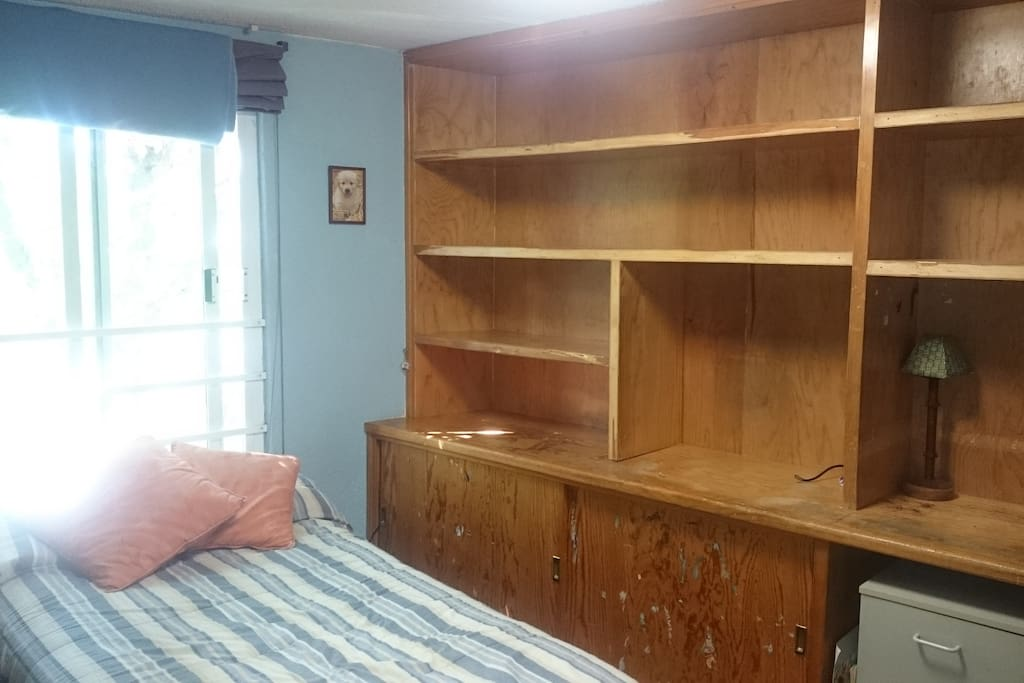 Amueblada, cama individual, librero, closet.