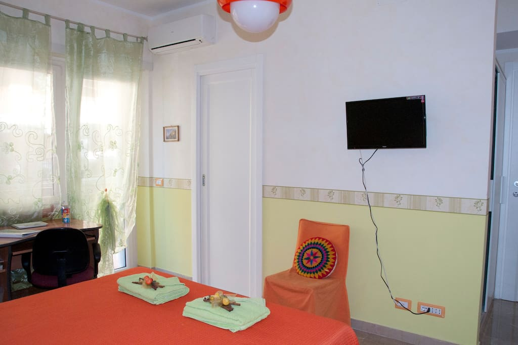 stanza con TV e aria condizionata