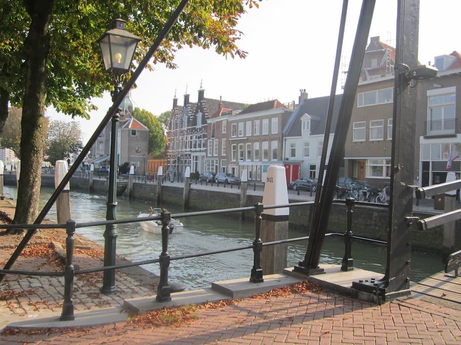 Onze locatie. Gezien vanaf de historische Damiatebrug