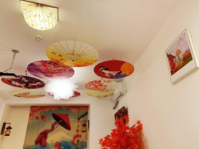 白房子,石子地,石板路,油纸伞,万象汇商场楼上设计师民宿(泰盛,和谐,火车站,市中心旁)