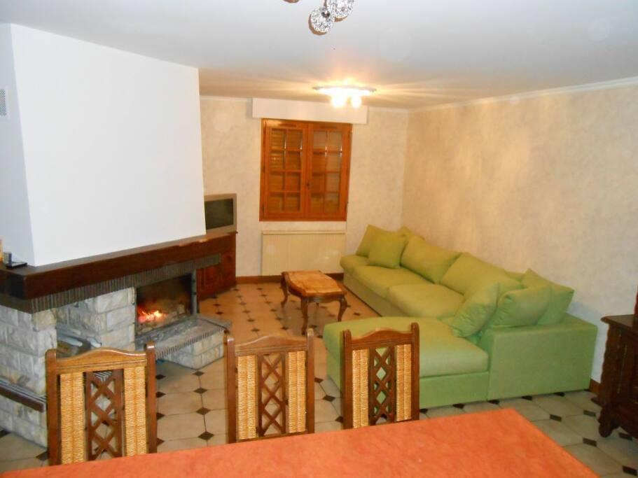 grand canapé confortable et cheminée