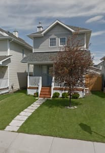 Entire 4 Bedrooms house near Spruce Meadows. - Talo