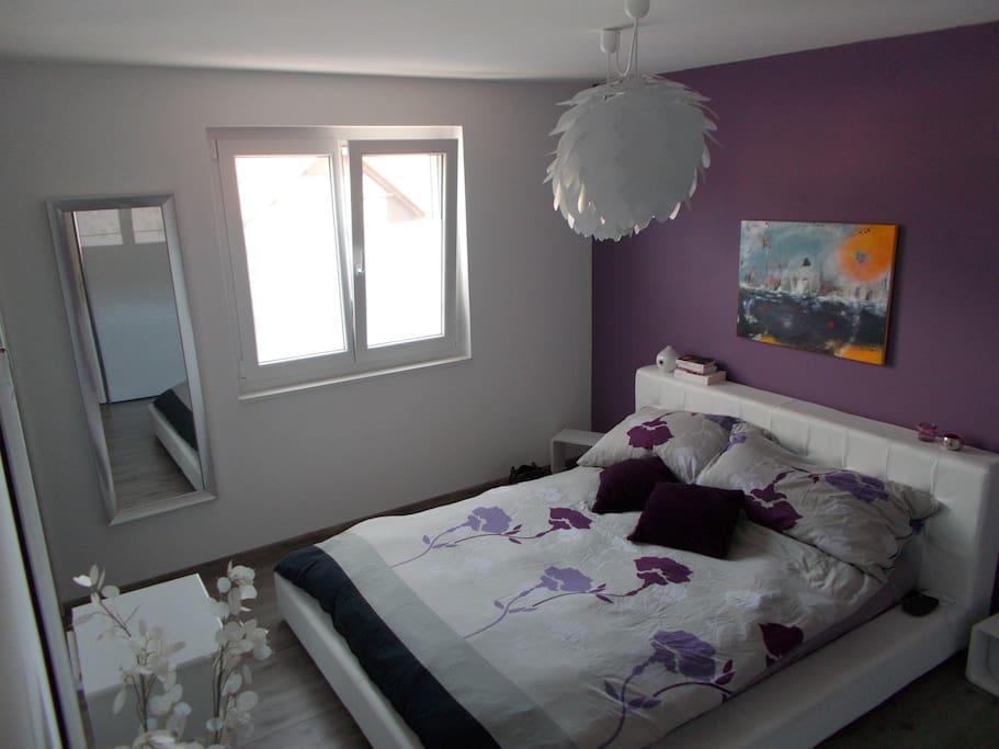 Chambre 1 lit double+ armoire