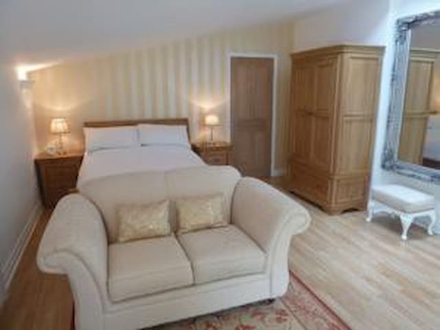 Luxury Garden Suite apartment with own Hot tub - Rhuddlan