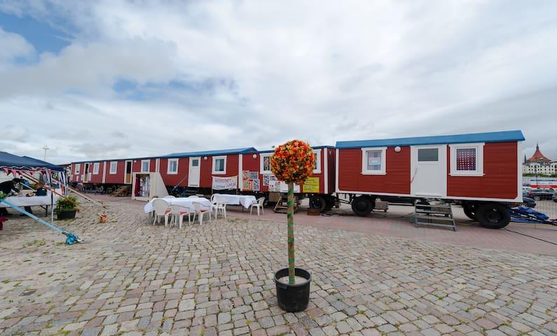 bernachtung im 4er zirkuswagen wohnwagen zur miete in rostock mecklenburg vorpommern. Black Bedroom Furniture Sets. Home Design Ideas