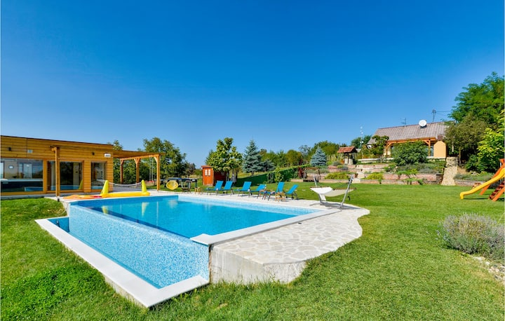 Beautiful home in Dragoslavec with WiFi, 3 Bedrooms and Outdoor swimming pool