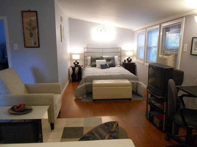 Sweet Attic Suite -Kitchenette/Bath - Kensington - House