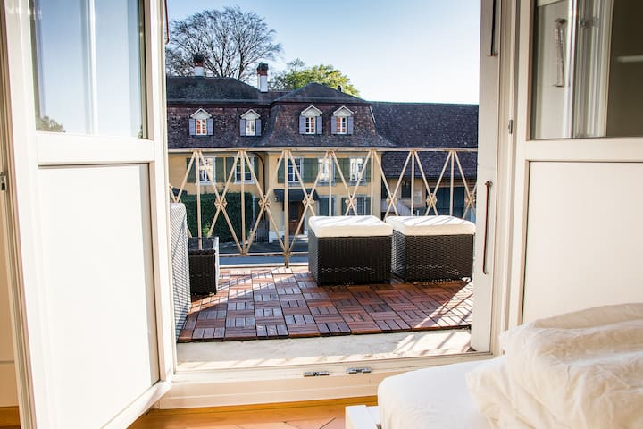 ...mit Zugang zum eigenen Balkon inkl. Lounge.