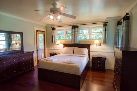 Luxury Master Suite with Jacuzzi - Princeville - Bed & Breakfast