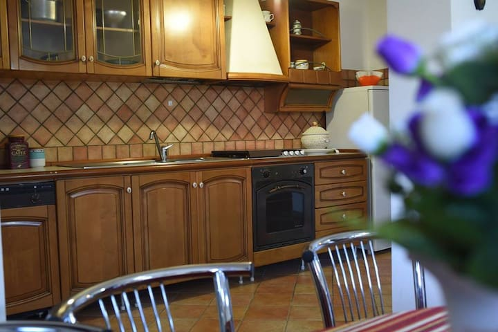 SPLENDIDA TAVERNA IN VILLA! - Rossano - Apartment