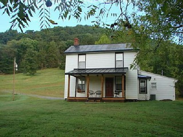 Secluded 1800's Remodeled Farmhouse - Madison - Rumah