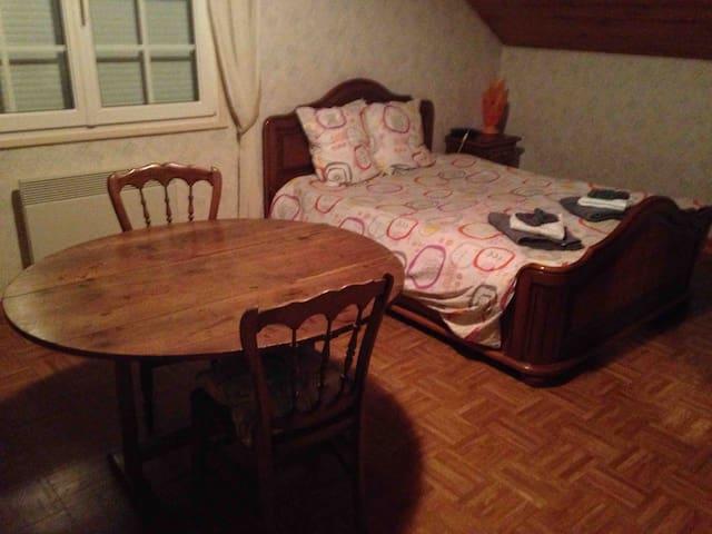 Grande chambre à l'étage avec lit double et clic clac