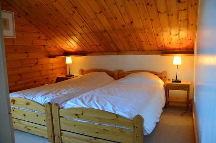 Bedroom 3: Twin beds with wardrobe and balcony. / Chambre 3: lits jumeaux avec placard et balcon. / Slaapkamer 3: twee bedden met kleerkast en balkonnetje.