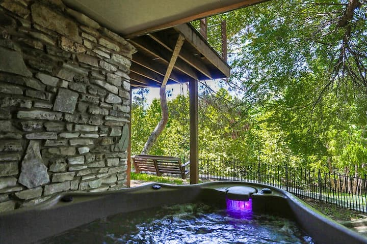 Kellys Creekside Erins Escape | 1/1 Suite | Hot Tub | Walk to Main