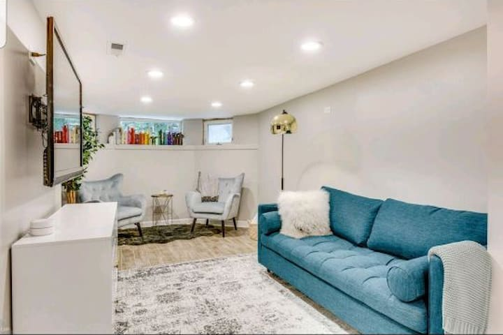 Brand new stylish apt- with all the cozy comforts!