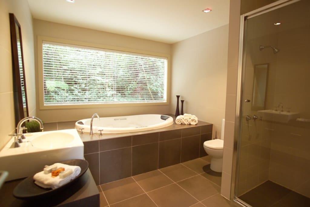 Treetops Tri Level Spa Bathroom