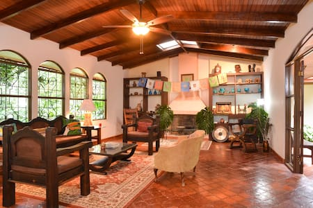 Flor de Mayo Guest House #1 - Alajuela - Bed & Breakfast