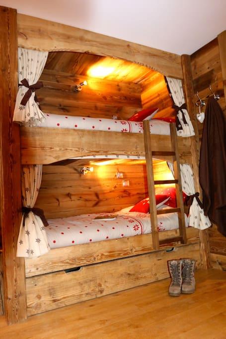 Les lits simples, avec une lumiere douce et un interrupteur pour vos tablettes.