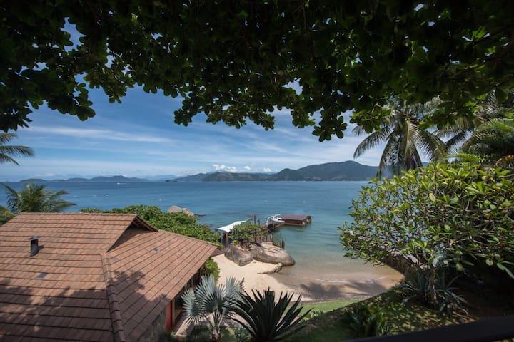 Espetacular casa à beira mar com praia particular.