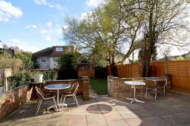 Private double room in a lovely home with a garden