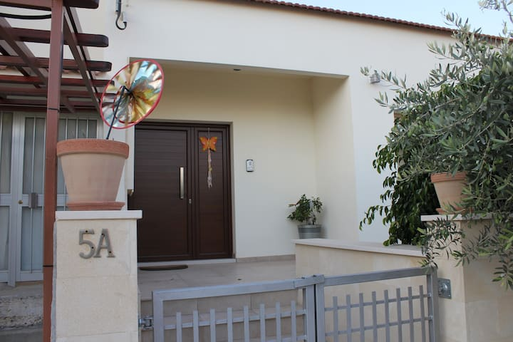 Fully Furnished 2BR, 1 Study House - Aglantzia - บ้าน