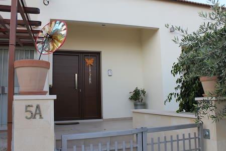 Fully Furnished 2BR, 1 Study House - Aglantzia - Casa