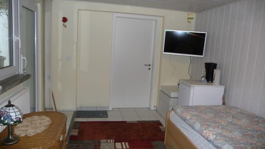 Ein Zimmer mit einem separaten Eing - Leipzig - House