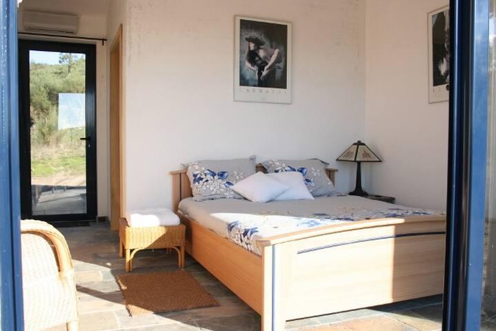 Gastenkamer met een 2 persoonsbed