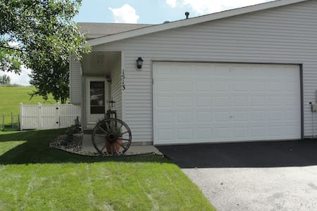 Large Clean/Quiet Townhome - sleeps 10 - Shakopee - Townhouse