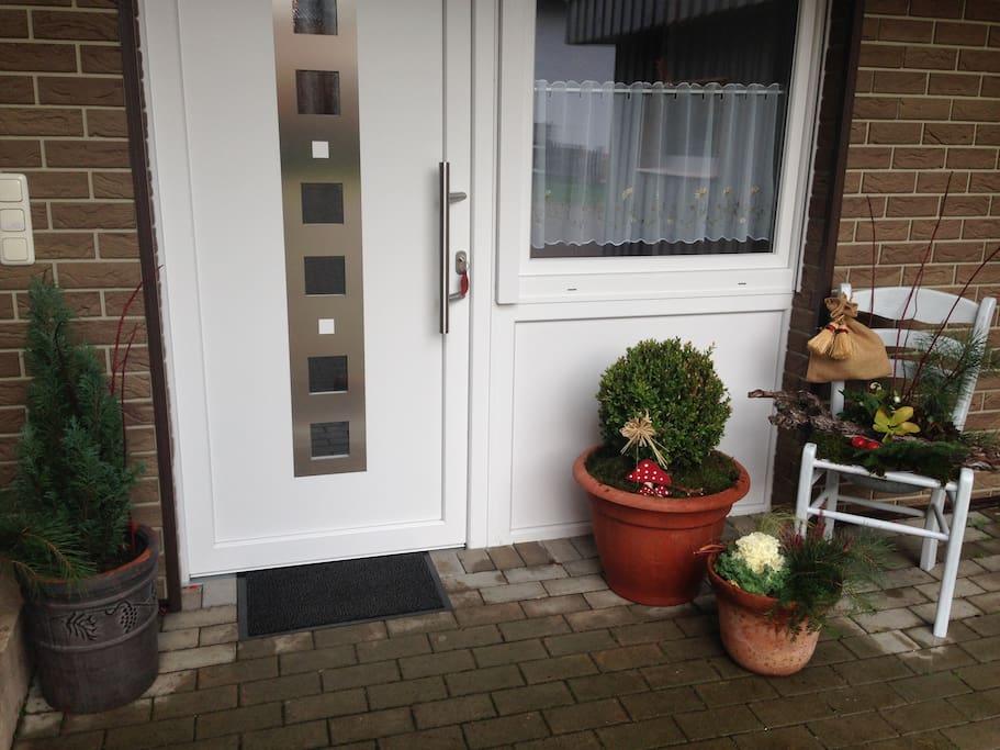 mit dem seperaten Eingang, der nur von den Gästen benutzt wird. Auch ein PKW-Stellplatz ist direkt vor der Tür.