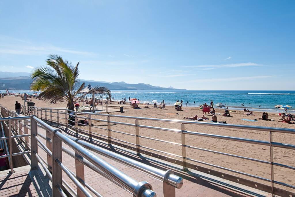 Playa de Las Canteras, 3km de playa natural de arena blanca para disfrutar del mejor clima.