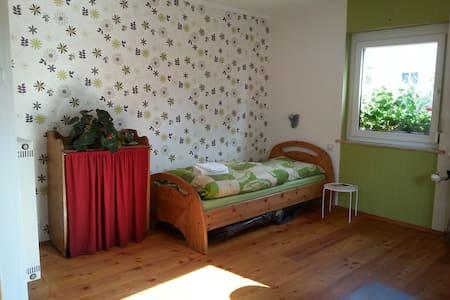 Helles Zimmer m. Bad/Küchen Benutzg - Schweinfurt - Lägenhet