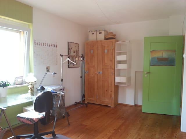 Helles Zimmer m. Bad/Küchen Benutzung