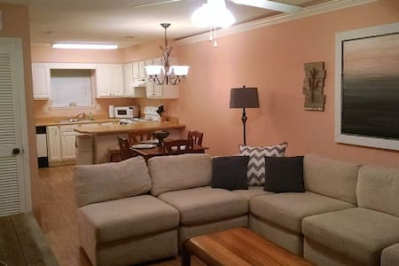 Cute & Comfy 2 BR Just Steps Away from the Beach! - Társasház