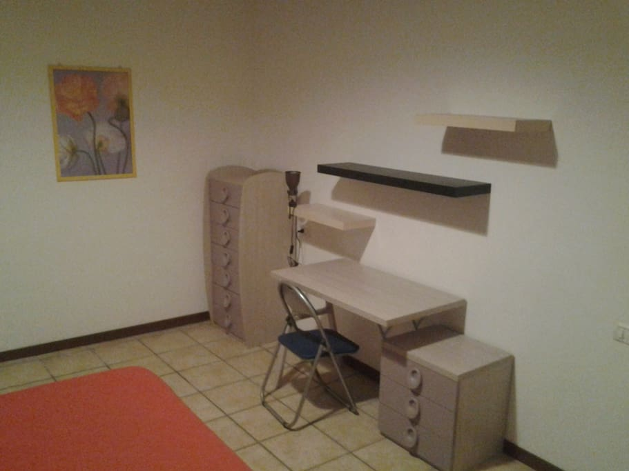 scrivania e mensole - desk and shelves