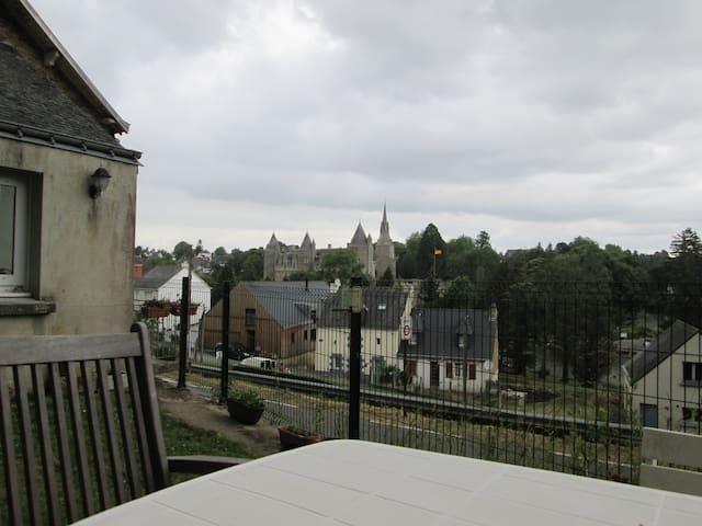 maison avecjardin vue sur le chateau et l' écluse - Josselin - Casa