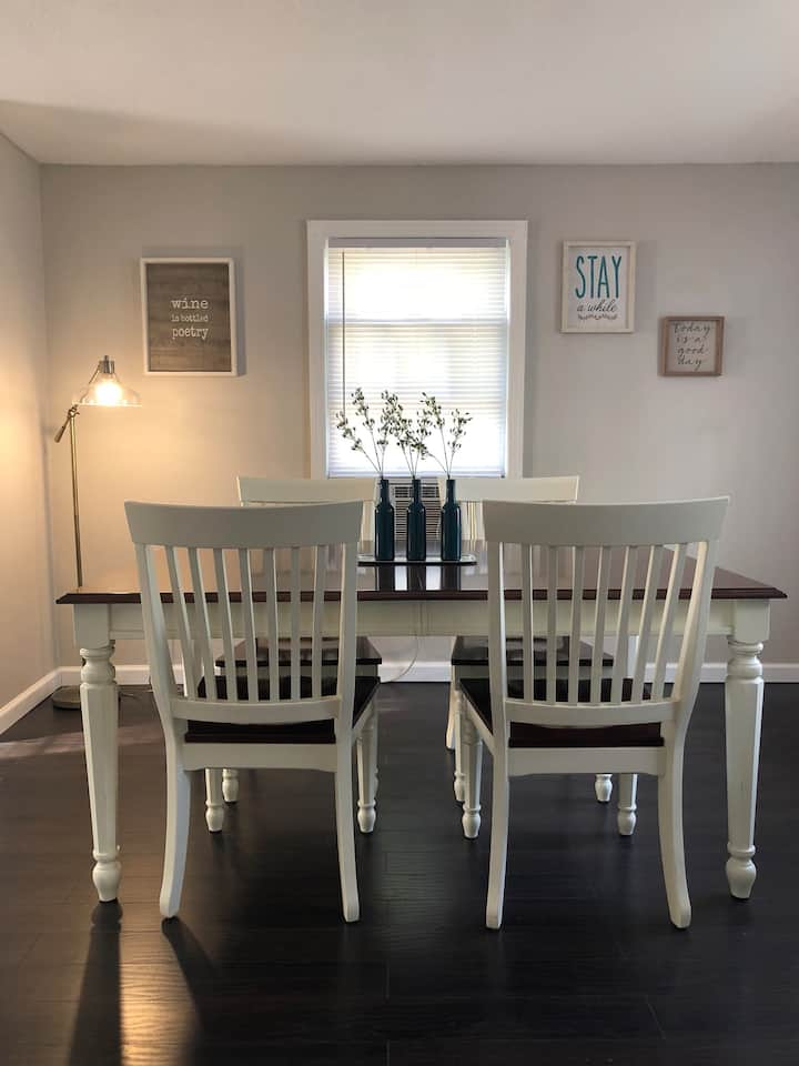 Cozy Getaway Blocks from Downtown and Lake Monroe!