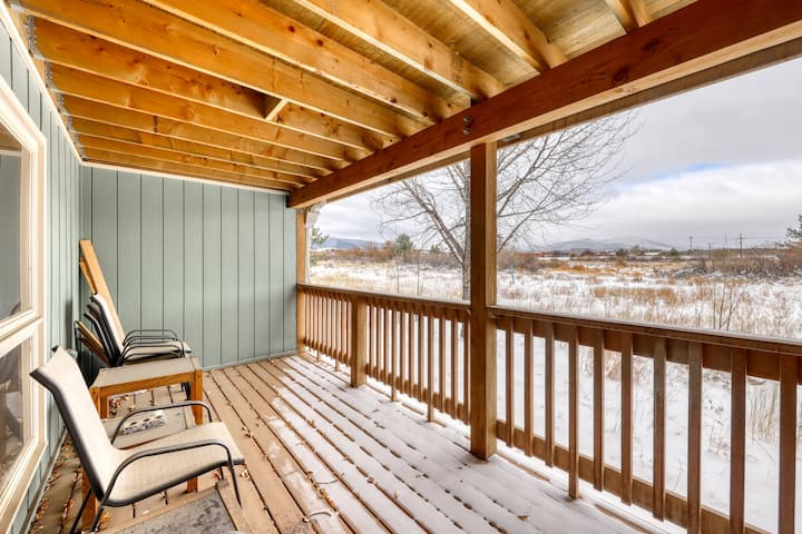 Ground level home w/private deck and amazing views. Shared hot tub, sauna, grill