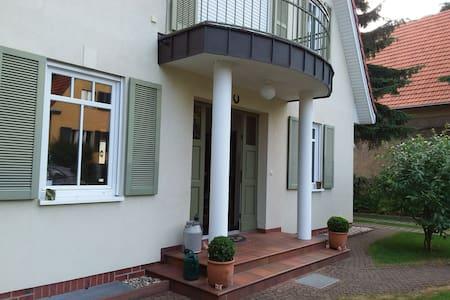 Ein Zimmer mit Bad und Blick über Babelsberg
