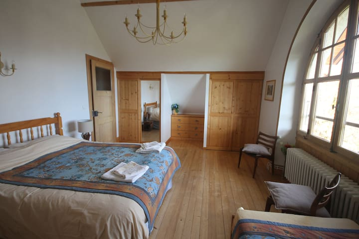 Chambre principale avec lit double / Main bedroom with double bed
