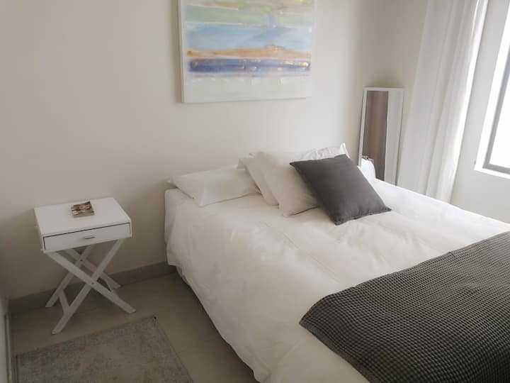 Private Room in Stylish Modern Apartment(1)