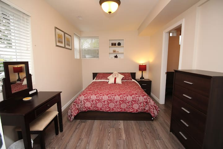 Cozy Bright Suite in New West